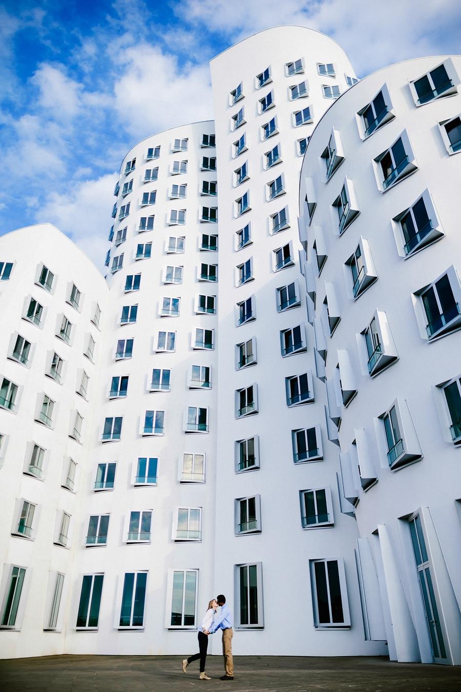 engagementshooting-paarfotos-duesseldorf-hafen-industriehafen-hyatt-gehry-bauten-innenhafen-container-fernsehturm-hochzeitsfotografin-aachen-geilenkirchen-heinsberg-koeln-eschweiler-blog_014